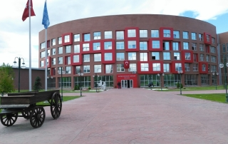 Anadolu Üniversitesi İletişim Fakültesi Önü 320x202 - ثبت نام آزمون دانشگاه های ترکیه